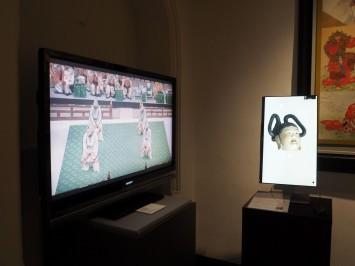 舞台映像(左)とお面が角度や光源によって表情が変わることを体験してもらいたいと開発された3D(右)