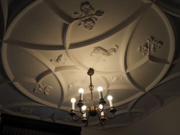 天井に施されているのは逍遙の干支に因んだ羊の装飾