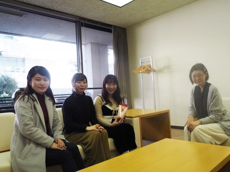 右から浅田裕子先生、伊藤杏佳さん、高橋莉奈さん、佐々木杏さん