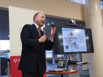 宇山 浩教授。スライドを使いながらわかりやすく解説