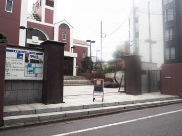 東京富士大学五号館のエントランス