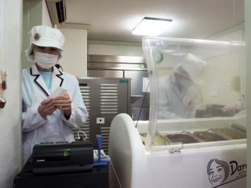 アイスクリームのショーケースでサーブしているのが松本さん