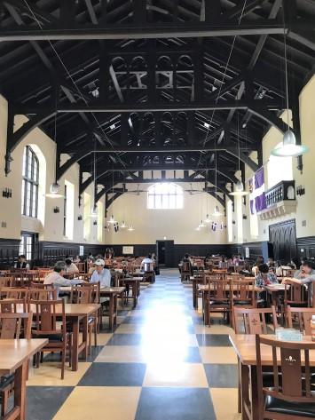 天井の高い解放感のある食堂