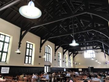 大学の食堂とは思えないほどの荘厳で高潔な空間