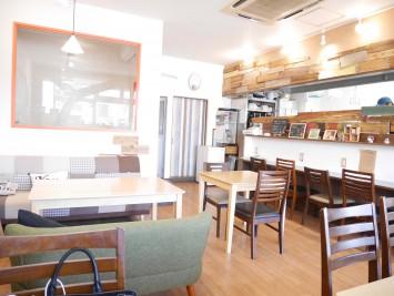店内は一人がけの椅子からソファーもあり、ゆっくりとくつろぎながら、食事ができます
