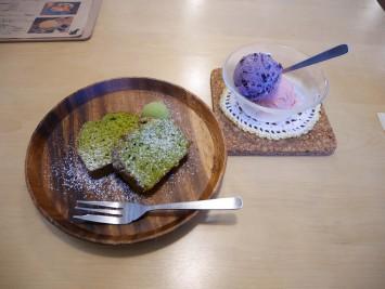 津野山のかぶせ茶のパウンドケーキとブルーベリー、イチゴ、かぶせ茶のアイスがこちら!