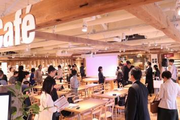たくさんの記者たちでにぎわうカフェスペース