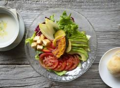 サラダボウルランチセットは、自家製フォカッチャ、スープ付きで950円。サラダは十数種類の有機野菜、ドレッシングにはハラペーニョとハチミツ、ニンニクを使用。野菜の旨みが引き立つ