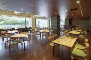 テーブルの間隔を広くゆったり配置しているため、ベビーカーや車いすでも移動しやすい。総席数は60席だが、立食なら150人まで収容可。6~10名用のテーブル個室もある