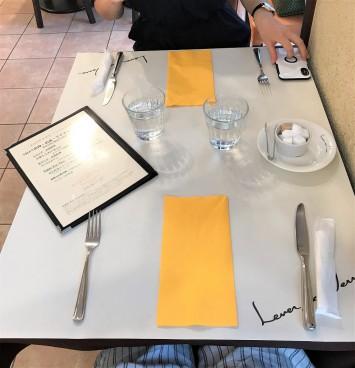 テーブルセットがしてあり高級感も