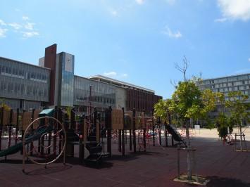 大阪いばらきキャンパス。公園やカフェがあり、地域に溶け込んでいる