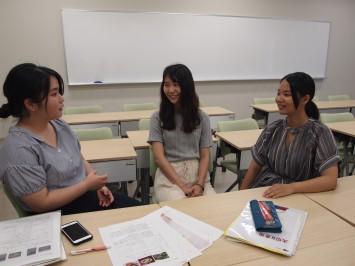 左から小薗梨菜さん、坂口茉由さん、作田純香さん。企画の経緯を話してくれた