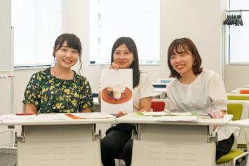 ふわふ和風豆乳ティラミスムース企画班の松本栞奈さん(右)、片岡麻菜美さん(中央)、中戸和香奈さん(左)