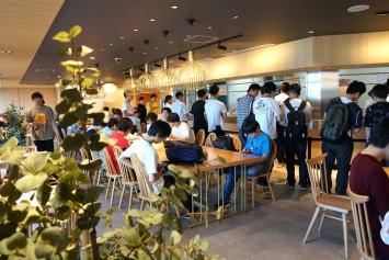 お昼の時間帯になると大勢の学生が集う
