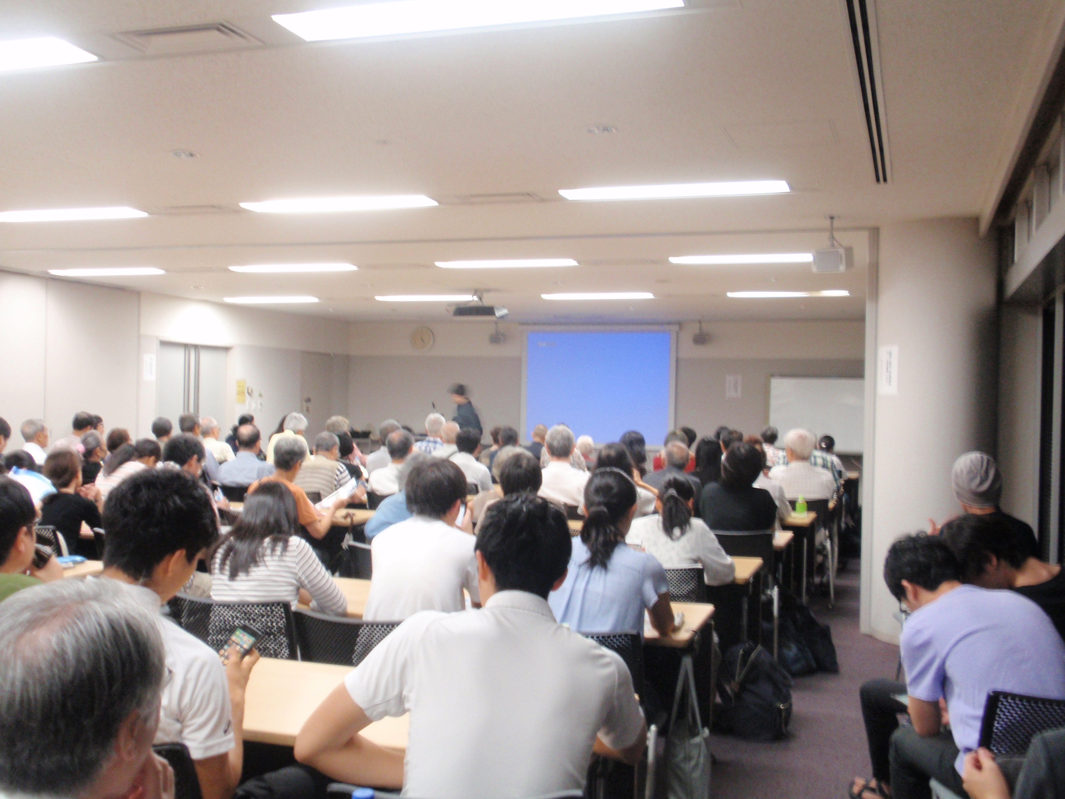 会場となった日吉キャンパス来往舎2階の大会議室。収容人数90名の会議室に130名以上の参加者が集まった