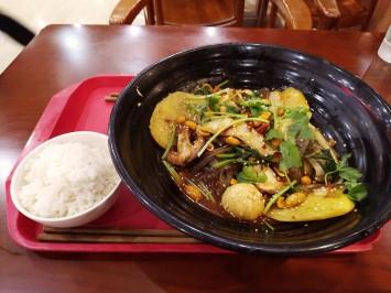 食堂1階の人気料理「麻辣香锅(マーラーシャングオ)」(二人前で約30元)。汁なし火鍋という感じか