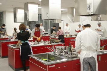 調理室には参加者たちの熱気があふれた