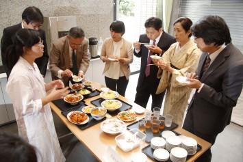 審査員も興味津々。どんな食材を使ったのか尋ねたり、調理のポイントなど、試食をしながらさまざまな質問が飛び交う