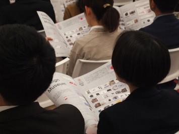 グッドデザイン賞の一覧をみながら話を聞く参加者