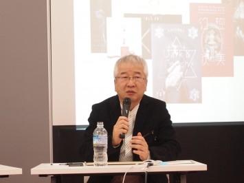 自身の作品を背景に話す高橋教授