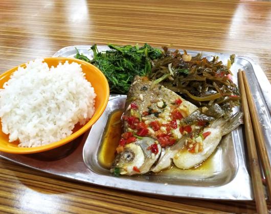 江南大学食堂2階では自分でご飯とおかずを選ぶ。これで約10元(日本円で160円くらい)というからだいぶお得感がある