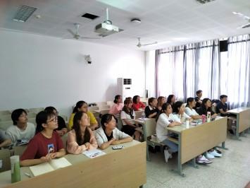 講義を受ける学生たち。日本の大学でもよく見かける造りの教室