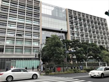慶應義塾大学三田キャンパスの正面