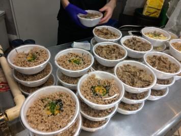 営業時間内に無駄なく効率的に販売するため、3種の人気丼は20食づつプラ容器に盛り付け、カウンターに並べる