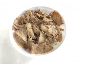 ブラックペッパーの香りとアクセントが利いた豚バラ肉が、シンプルに旨い。白ご飯のおいしさも存分に楽しめる「BBP丼」450円