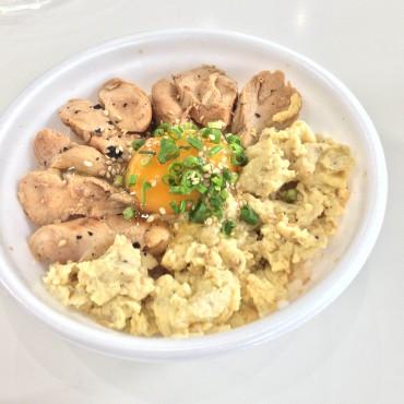 ジューシーな鶏ささみ肉と生卵の黄身、スクランブルエッグという三位一体の優しい味わいが楽しめる「炙り漬けササミの新親子丼」450円