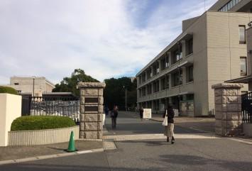 千葉商科大学の本部がある市川キャンパスの正門。構内はゆったりと広く、緑豊かでモダンなキャンパス風景が広がっている