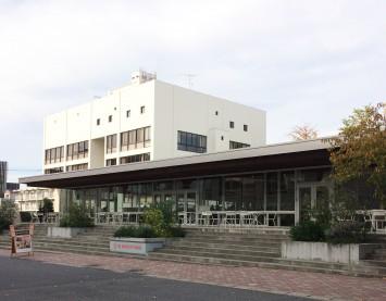 正門を入ってすぐ左側にあるカフェテリア風の建物が「The University DINING」。早稲田大学学食研究会の学食ランキングでは1位を獲得するなど、一般客からも人気の学食