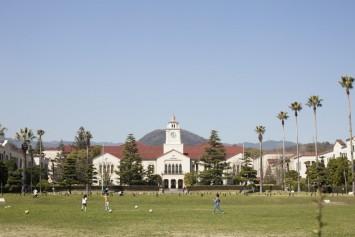 ヴォーリズ建築の美しいキャンパス。点灯式では日中の姿とまた違った雰囲気が楽しめる