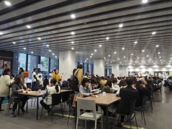 早稲田キャンパス3号館休憩所。休憩所は早稲田キャンパスだけでも屋内外21ヵ所もあります。充実しているため、食べ歩きしている人はほぼ見当たりません