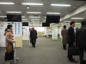 10の研究会が発表展示していた477教室