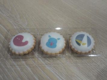 クッキー1袋3個入り200円。真ん中は早稲田祭の公式マスコット、わせだサイくん