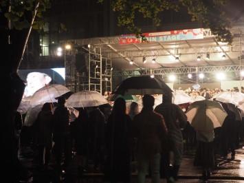 傘で舞台はほとんど見えませんが…観客には伝わっていました♪