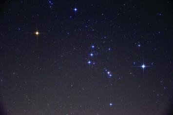 オリオン座で明るく輝く赤い星がベテルギウス(画面左)。