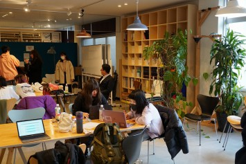 普段学生たちが過ごしているゼミ室。オシャレで開放的な雰囲気だ。