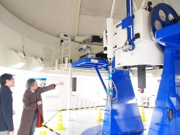 肉眼の約50000倍の集光力で宇宙を見通す天体望遠鏡。 これを使って研究できる学生さんが羨ましい。
