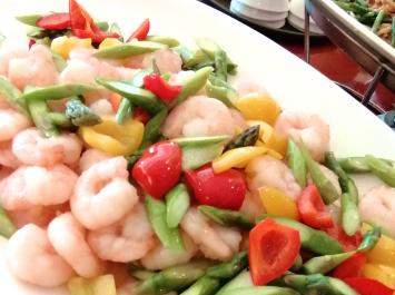 「ムキエビの炒め」。ぷりぷりのエビとシャキシャキした野菜の食感が楽しい。