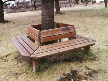 様々なタイプのベンチがいたるところに設置されている。歩き疲れても安心。