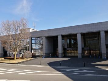 図書会館は駐車場のすぐ横にある。
