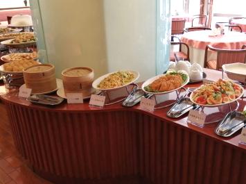 お店の中央にある柱を取り囲むように料理が並ぶ。