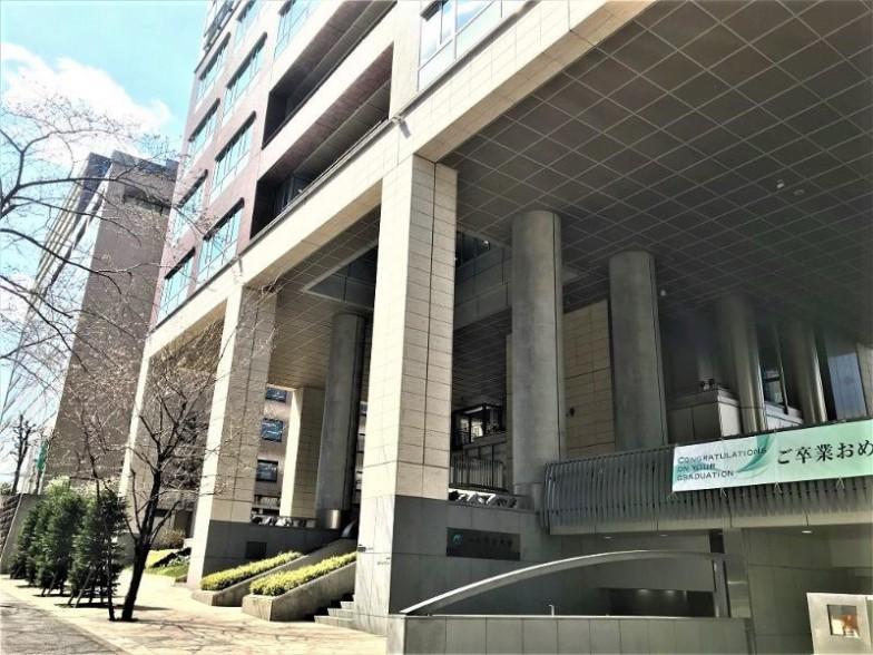 内堀通り沿いにある二松学舎大学の1号館