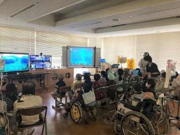 東京都立光明学園そよ風分教室での様子。多くの子どもたちが期待を胸に集まった