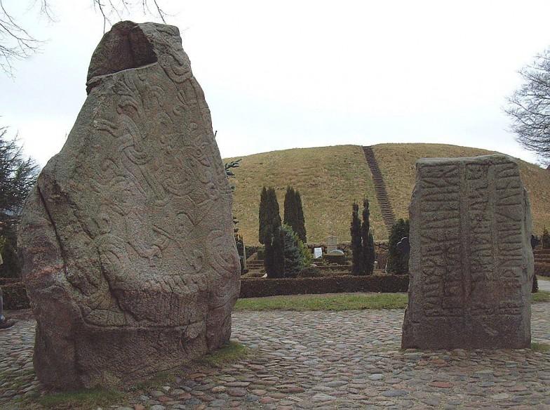 デンマークのイェリング石碑。小石碑はゴーム王が妻を記念して、大石碑はハーラル青歯王が両親を記念して建立させた(ハーラル青歯王は、現代では無線通信技術「Bluetooth」の名前の由来としても知られる)
