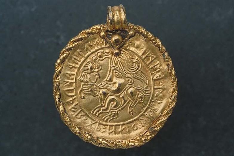 西暦500年頃に作成された、古フサルクが刻まれたブラクテアット(黄金性メダル)