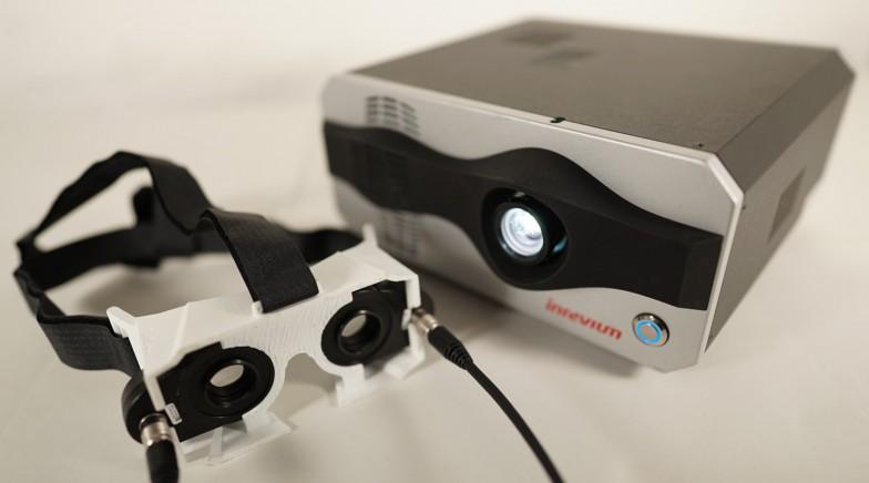 こちらの特殊なメガネとシンクロするハイスピードプロジェクタを使って実現