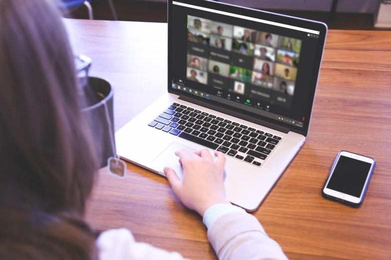 オンライン会議ツール、zoomを使って実施。画面には参加者の顔が並びます。越前屋俵太さんのファンや吉田典生さんの講義の受講生という方が続々と集まりました(参加者の方はプライバシー保護のためぼかしています)